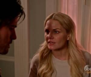 """Em """"Once Upon A Time"""": na 5ª temporada, Liam (Bernard Curry) aparece de surpresa na casa de Emma (Jennifer Morrison)"""