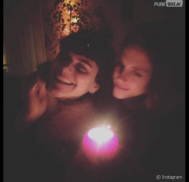 Kristen Stewart e a cantora francesa Soko já foram flagradas aos beijos