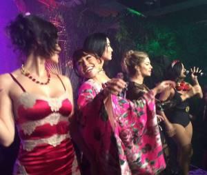 """Anitta coloca Grazi Massafera, Sabrina Sato e mais famosas para dançar """"Bang"""" em evento de moda"""