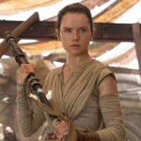 """Daisy Ridley, de """"Star Wars"""", treina para batalhas de sabre de luz em novo vídeo. Assista!"""