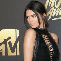 Kendall Jenner mostra piercing no mamilo ao usar sutiã transparente no aniversário de Gigi Hadid