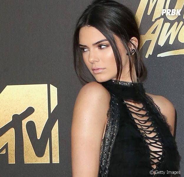 Com sutiã transparente, Kendall Jenner deixa piercing no mamilo à mostra