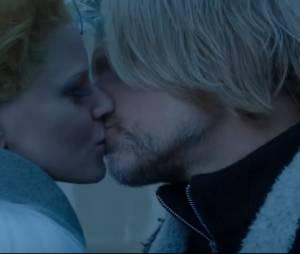 """Beijo entre Effie (Elizabeth Banks) e Haymitch (Woody Harrelson) não estava no roteiro de """"Jogos Vorazes: A Esperança - O Final"""""""