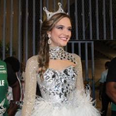 No Carnaval, Juliana Paiva usa fantasia comportada com plumas e coroa