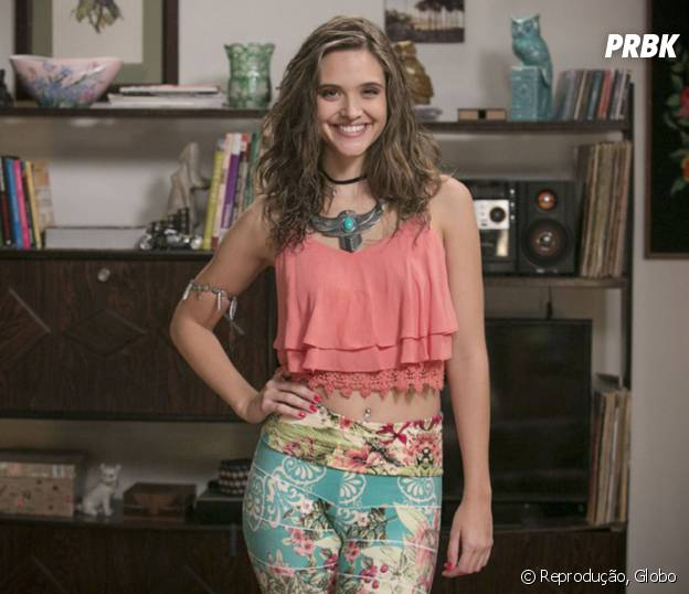 """Em """"Totalmente Demais"""", Cassandra (Juliana Paiva) encarna babá no primeiro episódio do spin-off"""