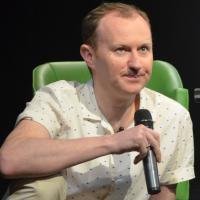 "Roteirista de ""Sherlock"" e ""Doctor Who"", Mark Gatiss fala das séries no Brasil"
