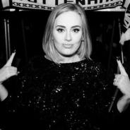 """Adele beija fã na boca em show da """"25 Live Tour"""", faz selfie com o sortudo e vídeo viraliza na web"""
