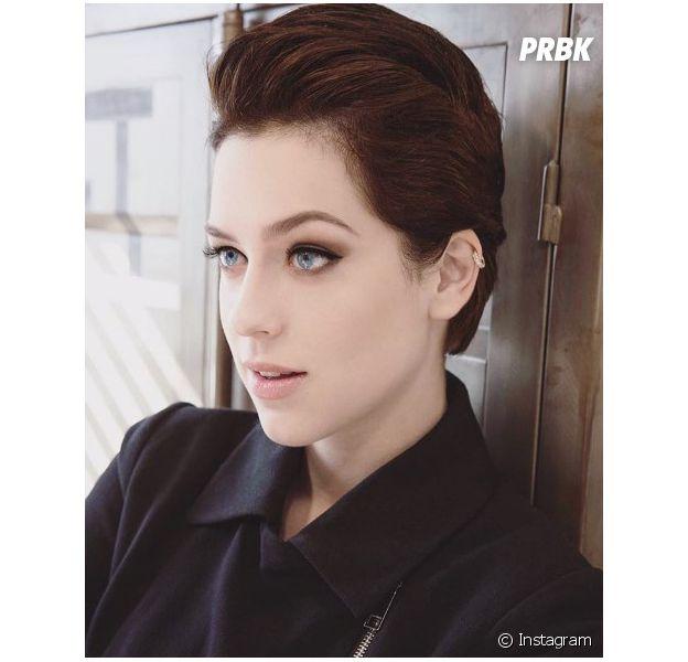 Além do cabelo, Sophia Abrahão também possui um piercing na orelha para ajudar no visual