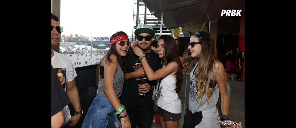 Caio Castro foi tietado por fãs no Lollapalooza
