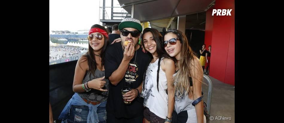 As fãs sortudas conseguiram tirar uma foto com Caio Castro no Lollapalooza