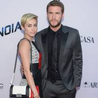 Miley Cyrus canta Justin Bieber durante passeio de carro com Liam Hemsworth! Confira