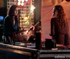 """Na novela """"Em Família"""", Marina (Tainá Müller) vive um romance escondido com Clara (Giovanna Antonelli)"""