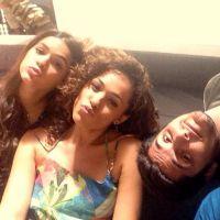 """Com elenco de """"Em Família"""", Bruna Marquezine se diverte durante gravações"""