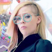 "Avril Lavigne lança clipe fofo e colorido para o single ""Hello Kitty""!"