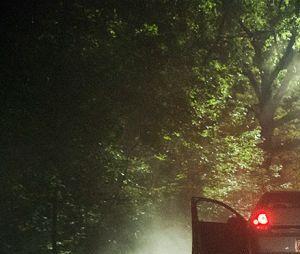 """Em """"The Vampire Diaries"""", Enzo (Michael Malarkey) vai fazer a tradicional emboscada do cara atropelado na estrada pra enganar o casal inocente! Que feio!"""