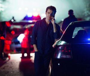 "Nas fotos de ""The Vampire Diaries"", Stefan Salvatore (Paul Wesley) aparece super tenso dando um telefonema"