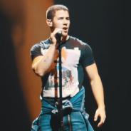 "Nick Jonas surpreende fãs e lança clipe ao vivo do hit ""Bacon"", gravado durante a ""Future Now Tour"""