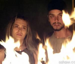 """Em """"Além do Horizonte"""", Lili (Juliana Paiva) e Marlon (Rodrigo Simas) observam a Comunidade ser queimada"""