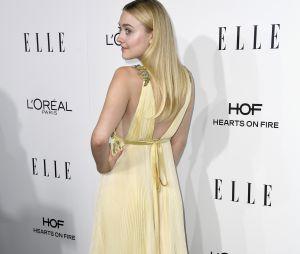 Dakota Fanning chama a atenção no tapete vermelho dono ELLE Women In Hollywood Awards 2016