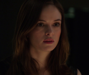 "Em ""The Flash"", Caitlin (Danielle Panabaker) tem problemas para lidar com poderes!"