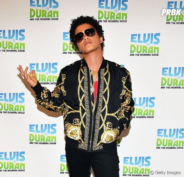 "Bruno Mars lança música nova. Ouça ""Versace on The Floor""!"