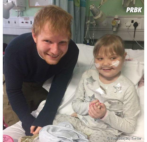 Ed Sheeran canta, toca em violão de brinquedo e emociona fã mirim em hospital