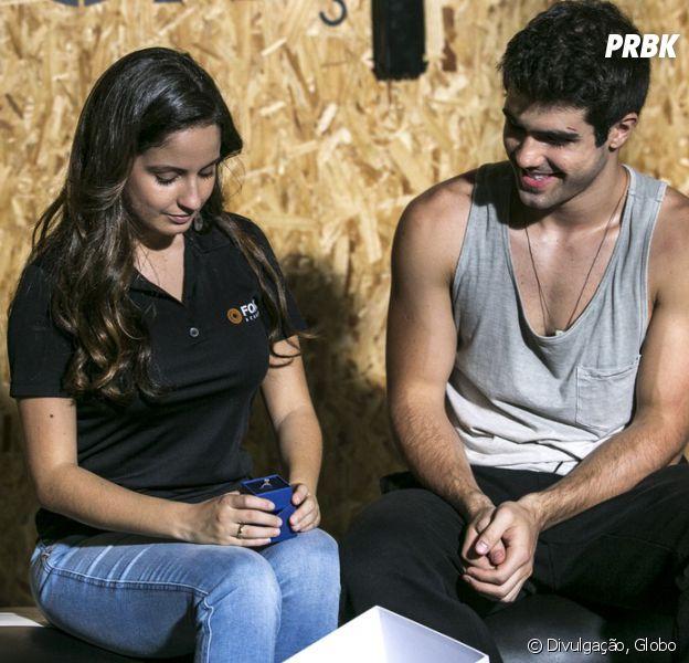 """Em """"Malhação"""": Rômulo (Juliano Laham) dá anel de compromisso para Nanda (Amanda de Godoi)!"""