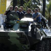 """Elenco de """"Os Mercenários 3"""" desfila em Cannes com tanques de guerra"""