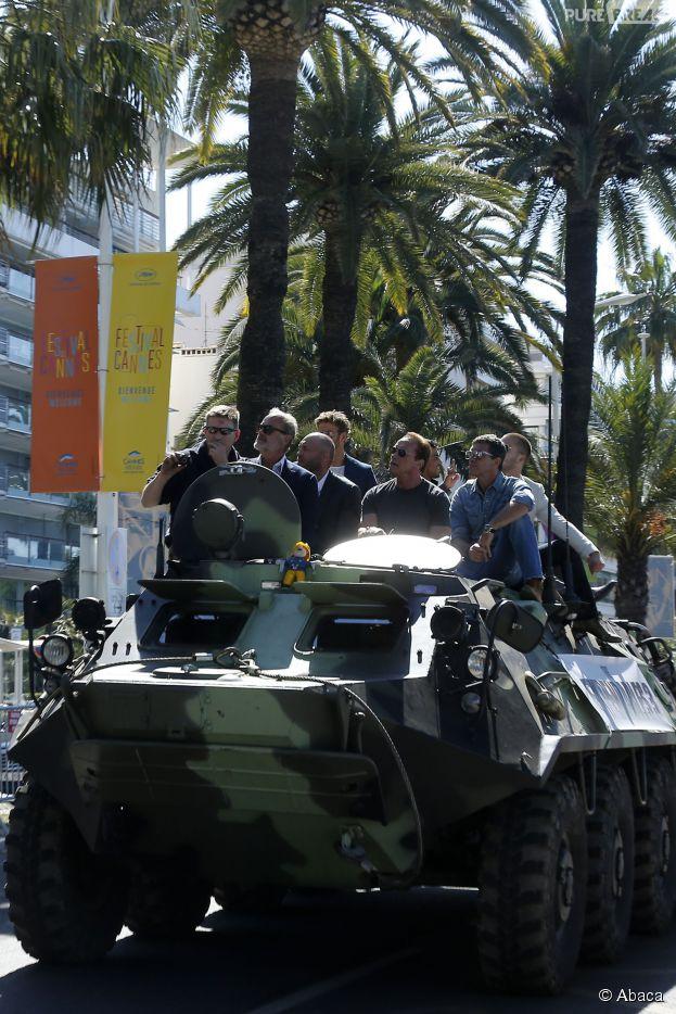 """Elenco de """"Mercenários 3"""" chega em um tanque de guerra para divulgar """"Os Mercenários 3"""", em Cannes"""