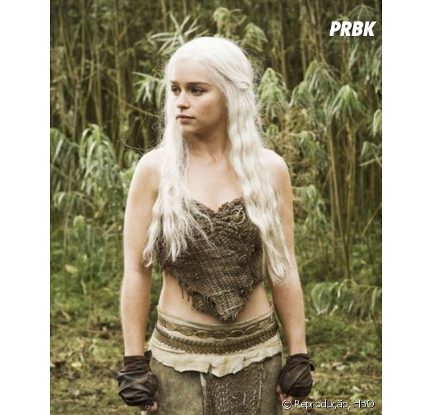 """No início de """"Game of Thrones"""", Daenerys (Emilia Clarke) não usava roupas luxuosas"""