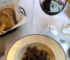 Bruna Marquezine almoça na Europa com direito a vinho e tudo!