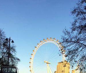 Bruna Marquezine passeia em Londres com amiga Júlia Faria