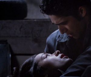 """Em """"Teen Wolf"""", Allison (Crystal Reed) morre nos braços de Scott (Tyler Posey) na 3ª temporada"""