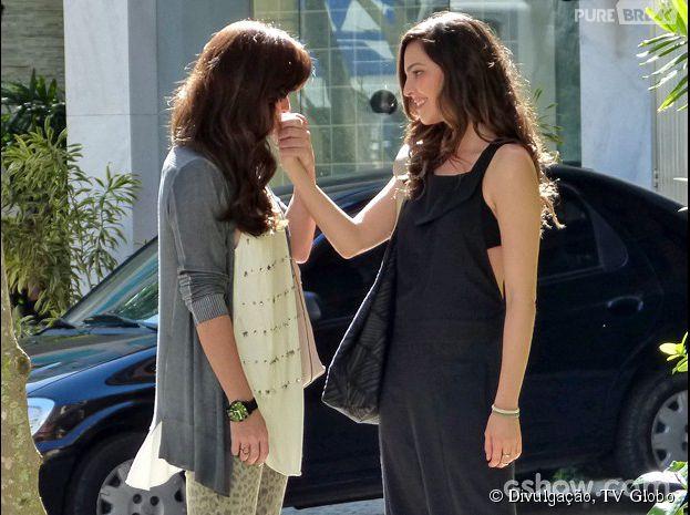 """Na novela """"Em Família"""", Clara (Giovanna Antonelli) vai receber um pedido de casamento de Marina (Tainá Müller)"""