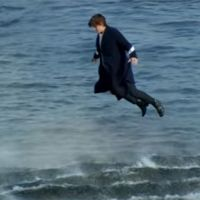 "Harry Styles, do One Direction, voa e se emociona no clipe de ""Sign Of The Times""! Assista"