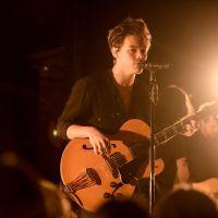 Harry Styles, do One Direction, se joga do palco durante apresentação e acaba esmagando fãs!