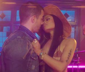 """Joe Jonas e Nicki Minaj curtem um climinha durante o clipe de """"Kissing Strangers"""""""