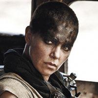 """Charlize Theron surge careca e com braço robô em imagem de """"Mad Max"""""""