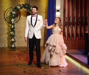 "Larissa Manoela e Danilo Gentili dançam valsa no ""The Noite"""