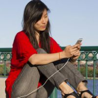 Já pensou em um banco de praça que recarrega o smartphone e tem Wi-fi?