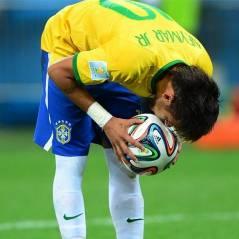 Após fratura, Neymar Jr. recebe homenagem dos jogadores da Seleção Brasileira