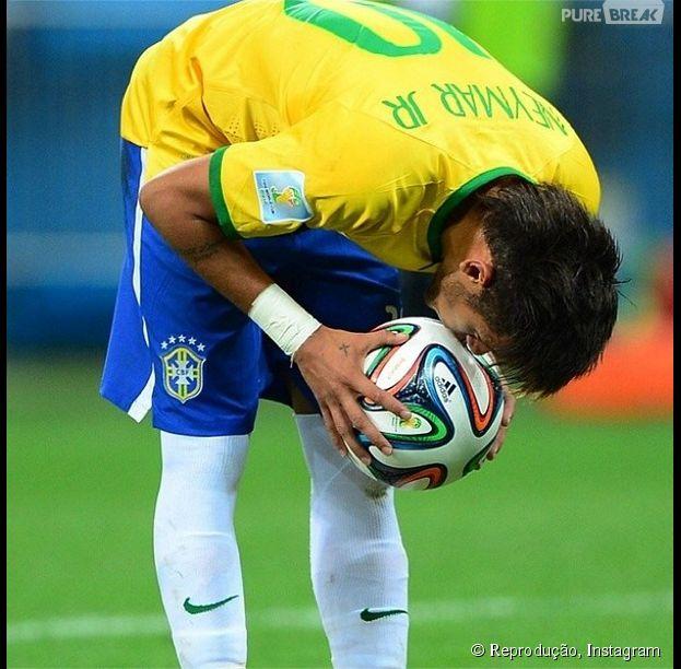 Neymar, que se machucou no jogo contra a Colômbia, ganha homenagem dos amigos da Seleção