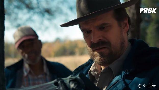 """Em """"Stranger Things"""", Hopper (David Habour) continua investigando a morte de Barb (Shannon Purser)"""