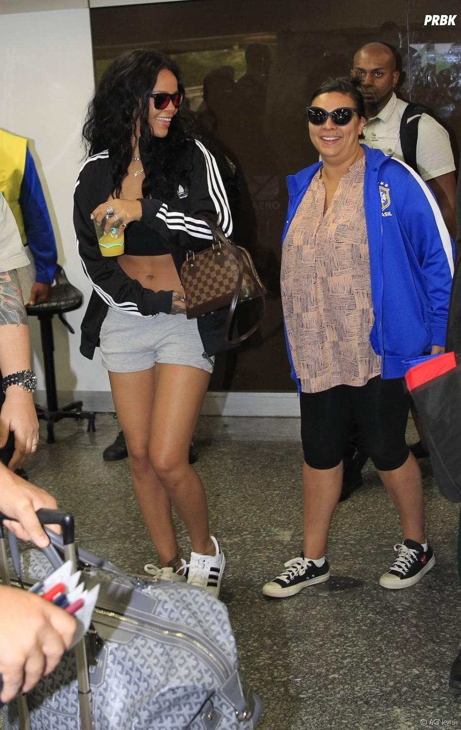 Rihanna chega bem simples ao Rio de Janeiro e é só sorrisos para os fotógrafos