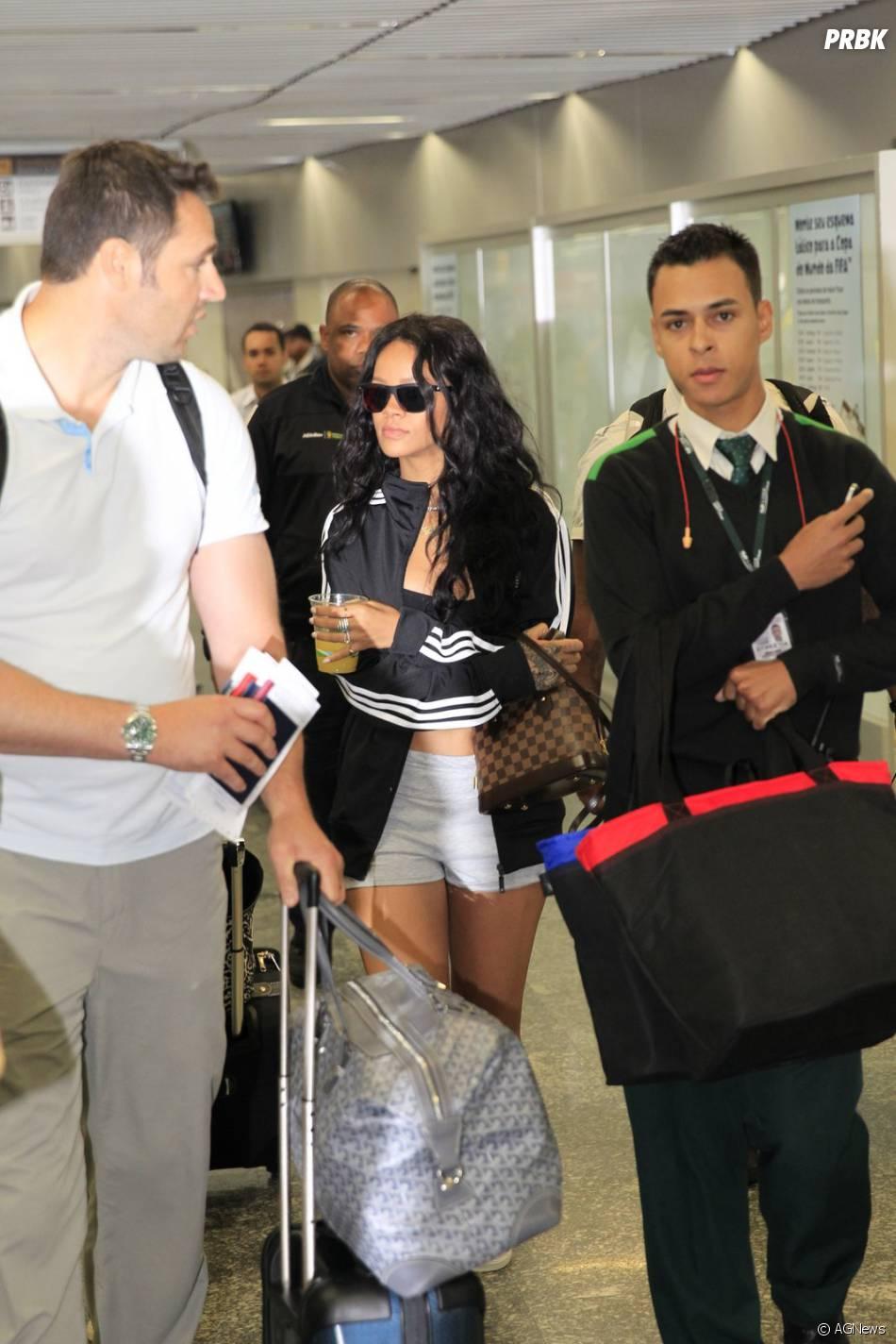 Para tudo! Rihanna chegou ao Brasil e arrasa em look simples