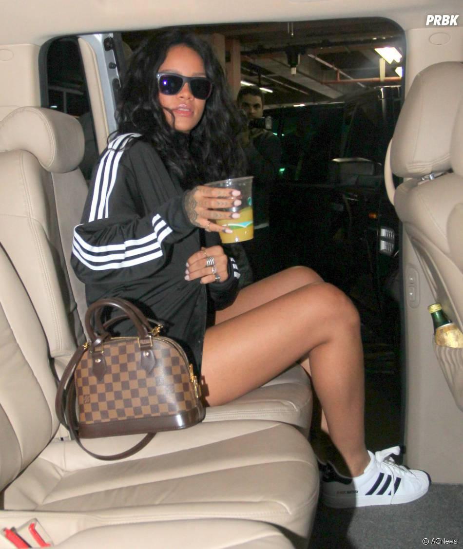 Rihanna não tem paz nem na hora de entrar no carro