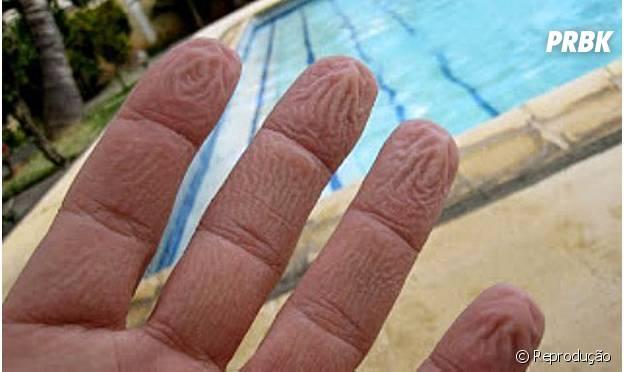 Por que nossos dedos enrugam quando ficamos muito tempo na água?