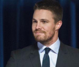 """Em """"Arrow"""", Oliver (Stephen Amell) faz referência a Batman para esconder segredo!"""