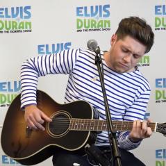 """Niall Horan apresenta versão acústica de """"Too Much To Ask"""" em programa de rádio"""