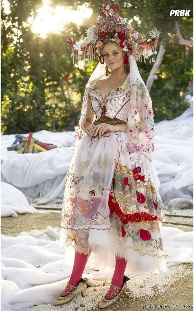 """O vestido de Milita (Cintia Dicker) para o casamento com Viramundo (Gabriel Sater) em """"Meu Pedacinho de Chão"""" é todo no estilo cigana"""